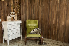 Innenraum mit Kommode und einem alten Stuhl Stockbild
