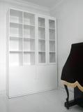 Innenraum mit neuem leerem Buchregal Stockfotos