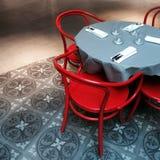 Innenraum mit Tabelle und roten Stühlen Stockfoto
