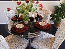 Innenraum mit Tabellen und Stühlen Stockbilder