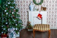 Innenraum mit verziertem Weihnachtsbaum und ein Kamin für das neue Jahr Lizenzfreies Stockfoto