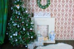 Innenraum mit verziertem Weihnachtsbaum und ein Kamin für das neue Jahr Lizenzfreie Stockfotografie