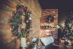 Innenraum mit Weihnachtsbaum Lizenzfreie Stockbilder