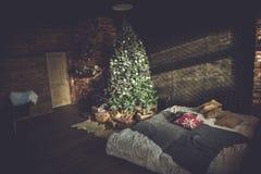 Innenraum mit Weihnachtsbaum Stockfotografie