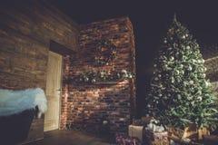Innenraum mit Weihnachtsbaum Stockbild