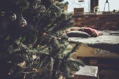 Innenraum mit Weihnachtsbaum Lizenzfreie Stockfotos