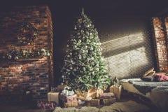 Innenraum mit Weihnachtsbaum Stockfotos