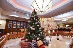 Innenraum mit Weihnachtsbaum und Geschenken Stockfotos