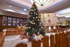 Innenraum mit Weihnachtsbaum und Geschenken Lizenzfreies Stockbild