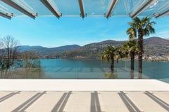 Innenraum, schöne Veranda, die den See übersieht Stockfotografie