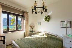 Innenraum, Schlafzimmer mit klassischem Dekor lizenzfreie stockfotografie