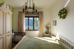 Innenraum, Schlafzimmer mit klassischem Dekor lizenzfreies stockfoto