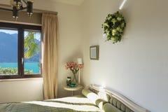 Innenraum, Schlafzimmer mit klassischem Dekor stockbild