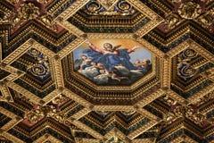 Innenraum und Architekturdetails von Basilikadi Santa Maria in Trastevere in Rom, Lizenzfreies Stockfoto
