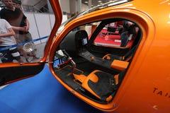 Innenraum und Cockpit eines kleinen Hubschraubers, der an der 4. Ausgabe von MOTO-ZEIGUNG in Krakau sich darstellt lizenzfreie stockfotos