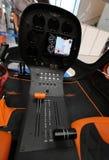 Innenraum und Cockpit eines kleinen Hubschraubers, der an der 4. Ausgabe von MOTO-ZEIGUNG in Krakau sich darstellt lizenzfreies stockfoto