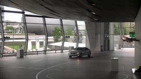 Innenraum von BMW-Borte und von Besuchern - München, Deutschland stock video