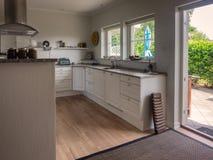 Innenraum von einem skandinavischen Haus, Küche Lizenzfreies Stockfoto