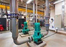 Innenraum von industriellem, Gasheizraum mit Kesseln; Pumpen; Sensoren und eine Vielzahl von Rohrleitungen stockbild