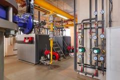 Innenraum von industriellem, Gasheizraum mit Kesseln; Pumpen; Sensoren und eine Vielzahl von Rohrleitungen stockfotografie