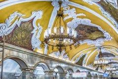 Innenraum von Komsomolskaya-U-Bahnstation in Moskau, Russland Stockbild