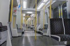 Innenraum von London-Zug stehend in der U-Bahnstation Lizenzfreie Stockfotografie