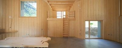 Innenraum von modrn Holzhaus lizenzfreies stockfoto