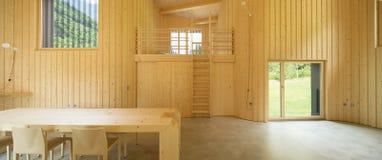 Innenraum von modrn Holzhaus lizenzfreie stockfotografie