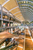 Innenraum von Shops bei Marina Bay Sands Mall lizenzfreies stockfoto