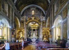Innenraum von St- Anthony` s Kirche versammelt sich errichtet im 18. Jahrhundert und sehr im polychr Lizenzfreies Stockbild