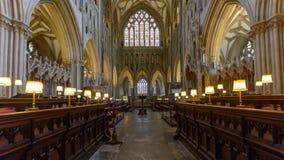 Innenraum von Wells-Kathedrale - Chor und goldenes Fenster Stockfoto
