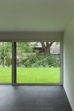 Innenraum, Wohnzimmer und großes Fenster Stockbilder