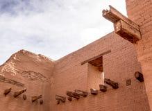 Innenruinen des luftgetrockneten Ziegelsteines mit Fenster und Bauhölzern stockfotografie