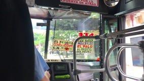 Innenschauen vorwärts im Stadtbus, der auf Straße fährt stock video
