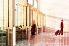 Innenschemel und Tabellen des hölzernen Cafés versehen Leute mit Seiten Stockfotografie