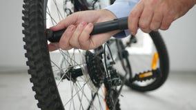 Innenschießen mit Mann-Handpumpe-Luft im Fahrrad-Reifen unter Verwendung der Luftpumpe stock video