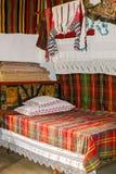 Innenschlafzimmer des traditionellen rumänischen Volkshauses mit Weinlesede Stockfotografie