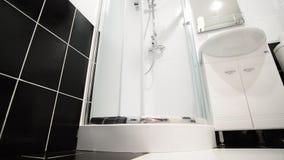 Innenschwarzweiss-Badezimmer mit Dusche stock footage
