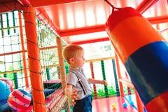 Innenspielplatz mit bunten Plastikbällen für Kinder stockfotografie