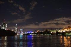 Innenstadtskyline bis zum Nacht stockfotos