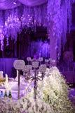 Innentischschmuck des schönen Restaurants für die Heirat Blume Weiße Orchideen und Kirschblüte in den Vasen Kerzen Lizenzfreie Stockfotos