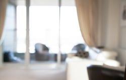 Innenunschärfehintergrund Wohnzimmer mit großem Fenster, Sofa, Baum Lizenzfreie Stockfotos