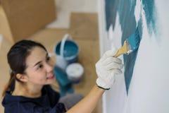 Innenwand der jungen asiatischen Paarmalerei lizenzfreie stockfotos