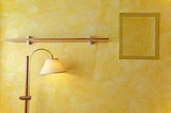 Innenwandspiegel, Lampen und hölzerne Regale Stockfotografie