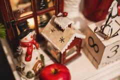 Innenweihnachtsinneneinrichtung auf dem Tisch 31. Dezember stockfotografie