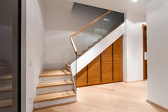 Innenwohnung mit Treppe Stockbild