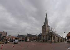 Innercity av Haaksbergen med pancratiuskyrkan arkivfoto