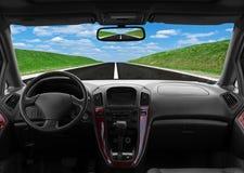 Innere Autoansicht an der großen Geschwindigkeit Stockbild