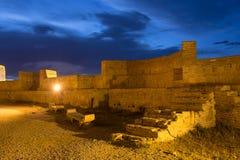 Innere Backsteinmauer der alten Festung Narikala in der Abend-Beleuchtung unter blauem bewölktem Himmel, Tiflis, Georgia Stockbild