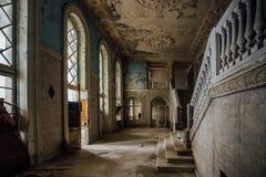 Innere der alten gruseligen verlassenen Villa lizenzfreies stockfoto